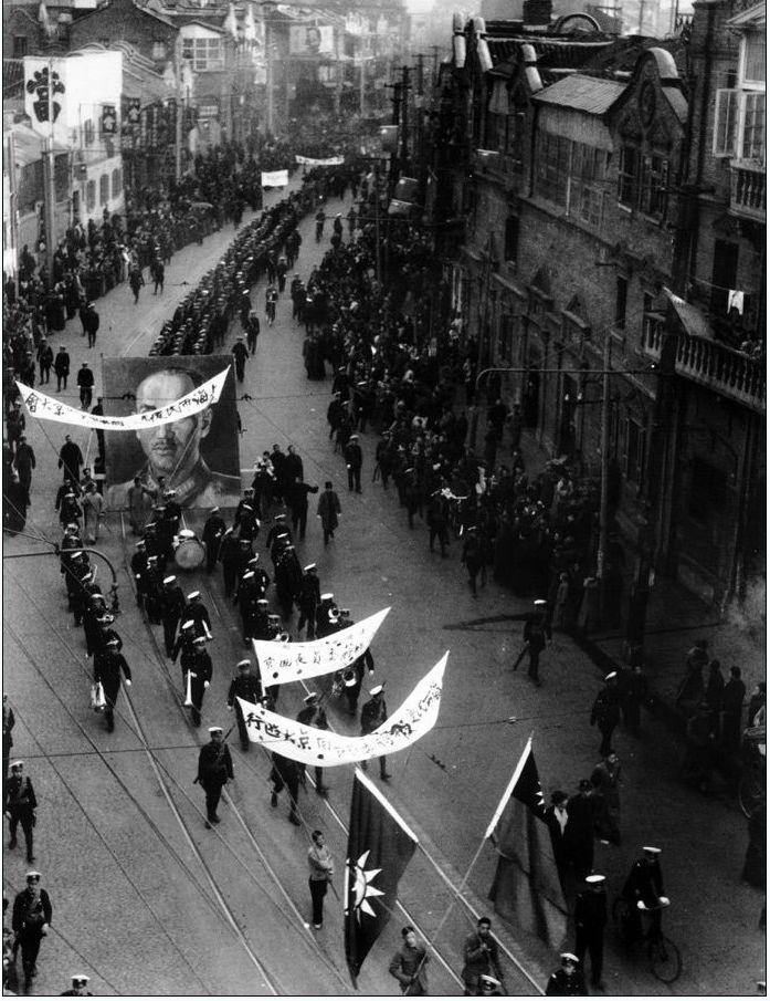 西安事变后,各界学生及各界群众上街举行游行游行,声援蒋介石,并声讨张杨二人反动兵谏,要求张杨二人立即释放蒋介石。(图片来源:凤凰网历史)