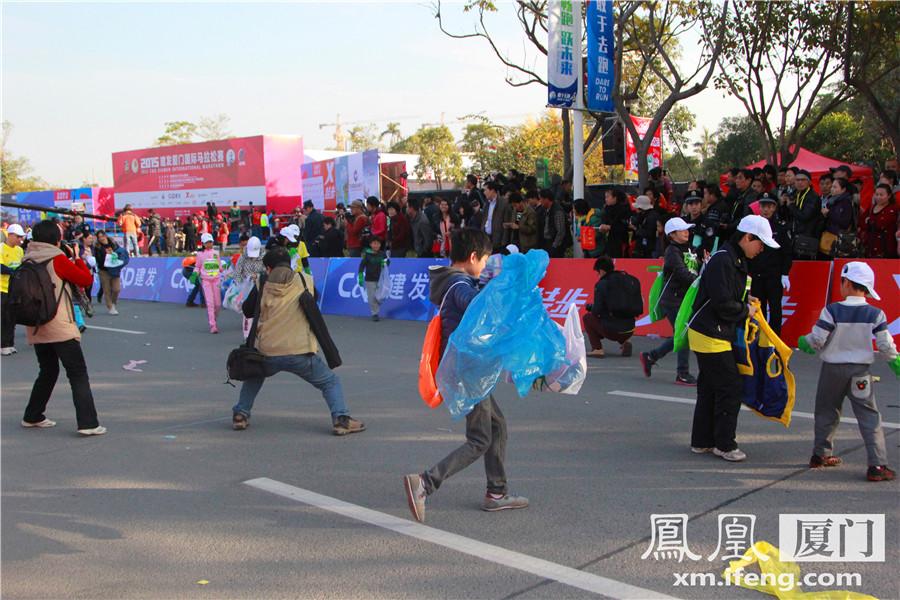 1月3日,2015厦门国际马拉松正式开跑,当选手们陆续跑出赛道后,