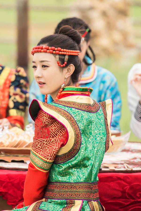 二位偶像将穿上蒙古族传统服饰参加那达慕大会,并将在会上展开新图片