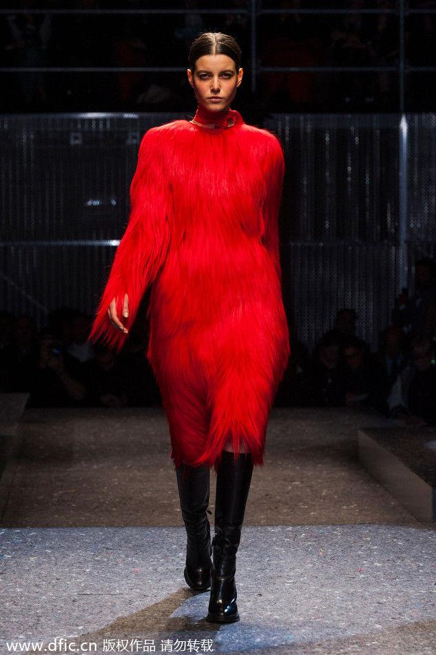2014秋冬米兰时装周PRADA大秀发布:红色皮草大衣。