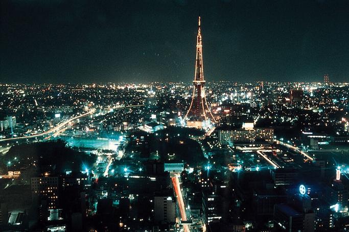 巴亚斯都市-夜晚星空下的城市夜景图片