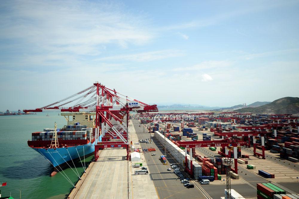 全球最大货轮停靠青岛港 堪比4个足球场