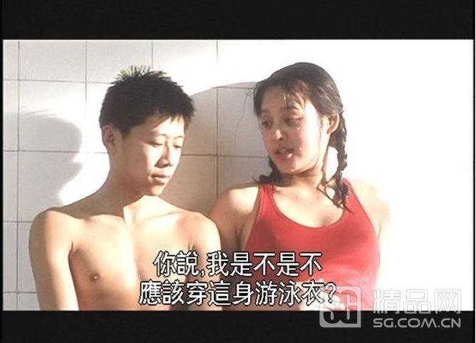 与林青霞有种相反的宁静美,在泳池中穿着一体式正红色泳装.图片