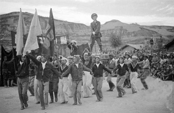 1944年延安拥戴蒋介石为抗日领袖的文艺表演