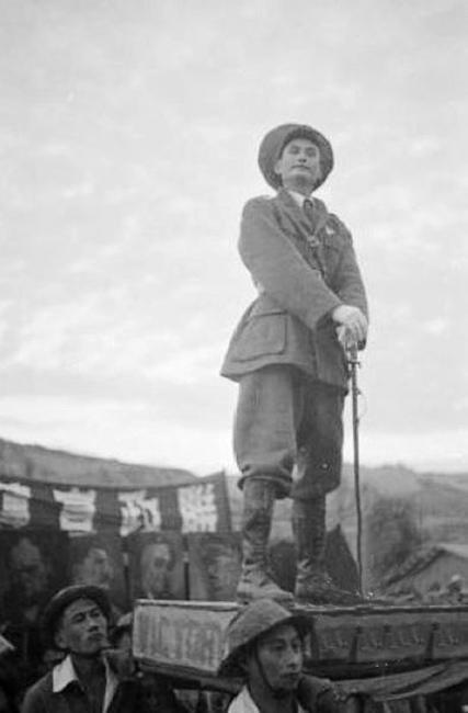 """1944年延安在全民族统一抗日的旗帜下,对盟军的胜利进行了大量正面的宣传,在文艺表演中也把蒋中正作为中国唯一合法的领袖,表示全民族都将紧围在他的身边,坚持抗战,直到胜利。(图片来源:凤凰网历史)图为演员们表演盟军""""诺曼底登陆""""。"""