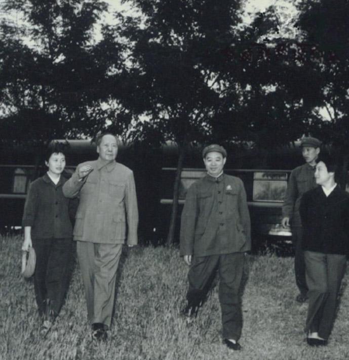 1969年毛泽东来到天津视察,休息时与汪东兴、张玉凤合影。
