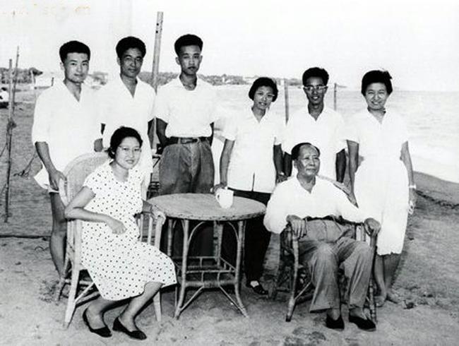 这是一组在文革中担任要职的毛泽东亲属的历史旧照。图为毛泽东与李敏等子侄辈合影,后排左起:毛远新、孔令华、王博文、王海容、王起华、李讷(1962年,北戴河)