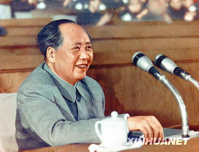 """毛泽东时代的干部培养要求来自东西南北中,源自工农商学兵,于是,一些名不见经传的平民精英得以突击提升,进入中央。邓小平复出后,对那些在文革中做过造反派,或是""""坐直升飞机""""提拔上来的领导干部一一进行了处理,几位文革中被提拔担任了中央政治局委员、政治局候补委员、人大常委会副委员长和国务院副总理等工农干部,除留任倪志福担任了两届全国人大常委会副委员长,其他人被先后一一撤职处分,打回原地。(图片来源:新华网)"""
