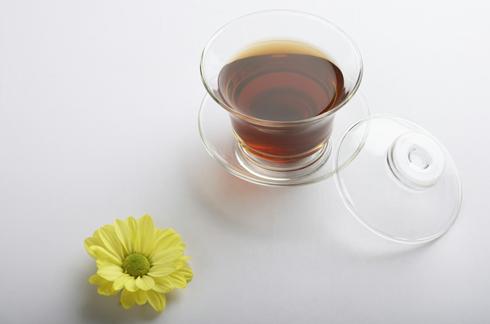 茶叶本身有吸附臭味的效果,也能用来消除房间内的异味.把散装的