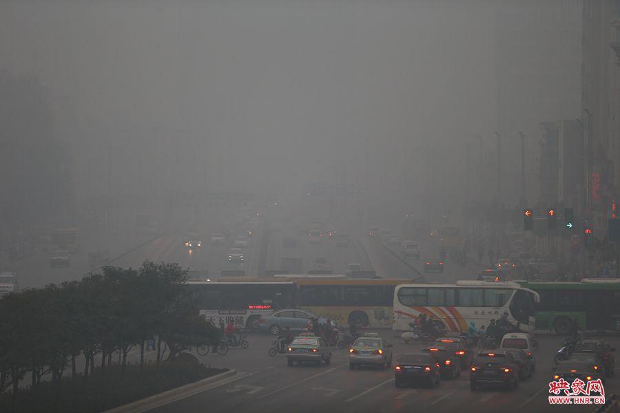 郑州PM2.5指数爆表 环保局称天气不利雾霾扩