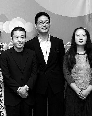 《陌生》监制贾樟柯(左),编剧兼导演权聆(右)和主演郭晓东(中)。 高征早报资料