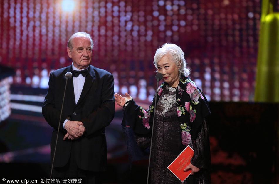 2013年6月23日讯,上海,第16届上海国际电影节闭幕式现场。 图为颁奖嘉宾卢燕、米歇尔-西蒙。