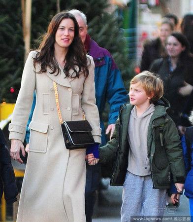 泰勒 米兰达/丽芙泰勒和前夫离婚后独自扶养8岁儿罗米。