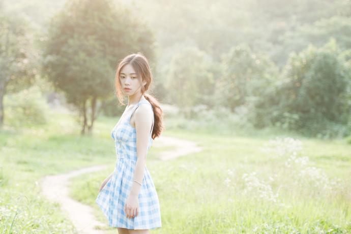 近日,华师大校花胡安如曝出一组在操场上拍摄的写真。照片中的她身穿条纹衬衣,手拿雪糕,甜美可爱中透露出几分性感。胡安如就读于华中师范大学武汉传媒学院。