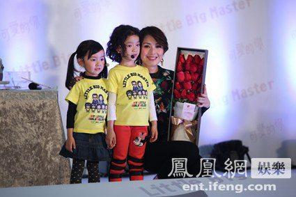 小女孩儿给杨千嬅送上礼物 凤凰网娱乐讯 12月29日,电影《可爱的你》