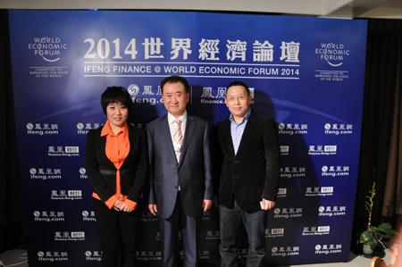 大连万达集团董事长王健林和凤凰财经前方记者合影