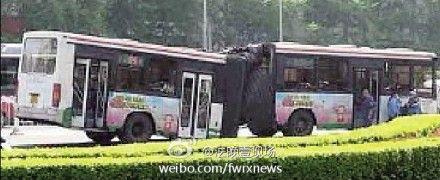 高清图—北京39路公交车建内大街北京站街交叉口拐弯时断裂