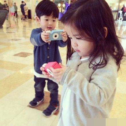 台湾超萌龙凤胎姐弟网络爆红,两人十分可爱.