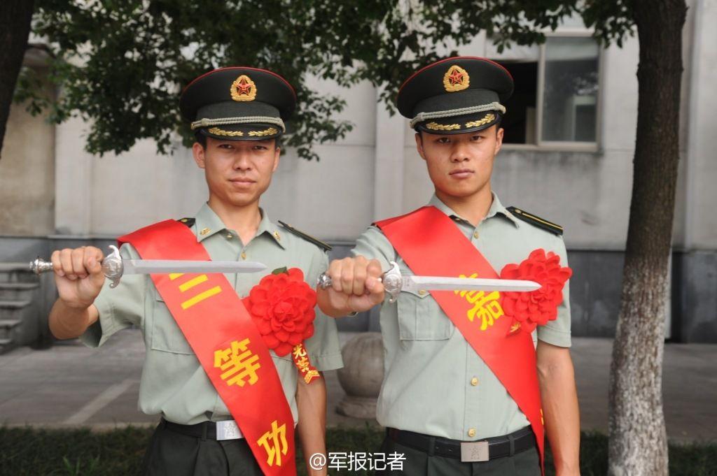 南京政治学院为毕业生发佩剑和军牌 - 雷石梦 - 雷石梦(观新闻)