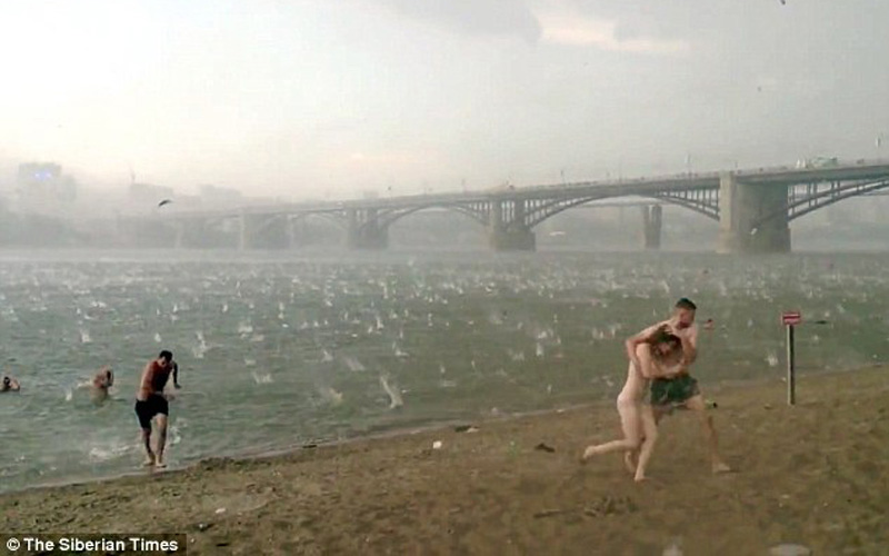 俄罗斯酷暑天突降冰雹 - 月  月 - 阳光月月(看新闻)