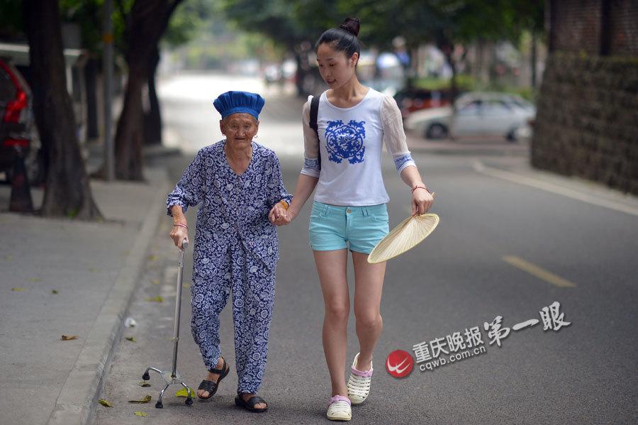 90后女孩带88岁外婆上班【图】 - 可可 - 可可西里