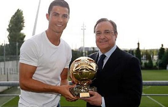 C罗金球奖杯复制品赠皇马主席 葡萄牙人礼重情