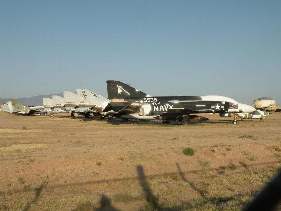 大风起兮叠罗汉:美军基地一架F-16战机被吹翻 - 人在上海    - 中国新闻画报
