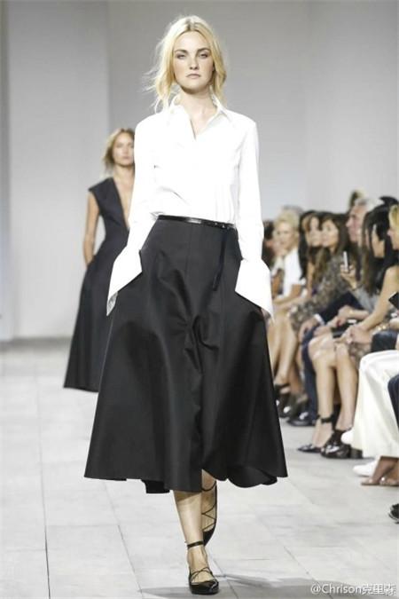 白衬衫搭配黑色复古伞裙