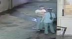 实拍女保安停车场内遭男子背后袭胸