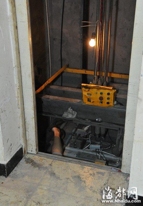 福州 卡电梯门椅子被移走 电工在轿厢顶遭夹死