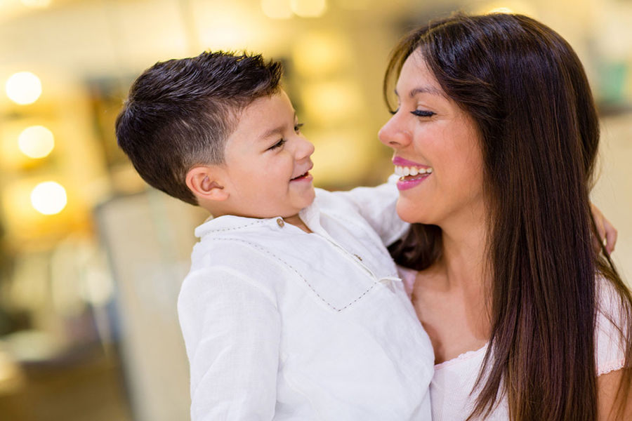 """性取向是一个复杂的问题,受到多种因素的影响。精神分析的理论认为,未获得解决的恋母或恋父情结是决定""""性""""定向的重要因素。他们设想:对母亲过分亲昵,对父亲疏远或敌视的男孩,会产生对其异性性冲动的恐惧,从而促使其性取向转向同性。"""