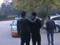 陕西团伙穿军装警服绑架网友 当路人面殴打