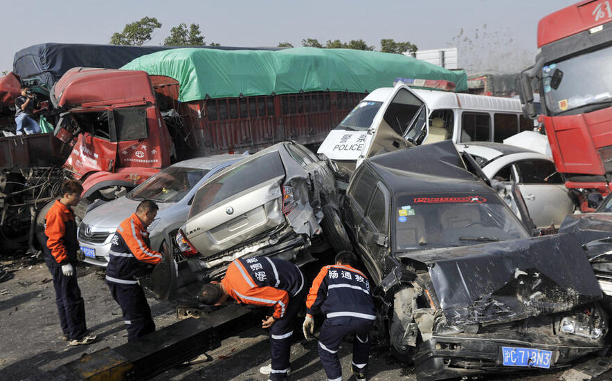 合淮阜高速70余辆车追尾 车祸现场有一囚车
