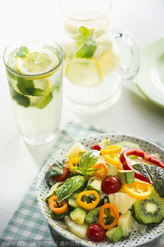 做沙拉坚持四个原则吃不胖(东方IC供图) 减肥人群多爱吃蔬菜和水果,蔬菜和水果沙拉是许多人的最爱,但是,你的沙拉中是否真的有充足的营养素呢?要知道,蔬菜沙拉中如果只有蔬菜,营养价值就会大打折扣哦!日本cafe googirl网站为你介绍制作营养沙拉的几个规则。 规则一:做沙拉要加点蛋白质 尽管在蔬菜沙拉中,蔬菜和水果等食材才是主角,但在不少沙拉中,鱼肉、鸡肉等也是不可缺少的重要食材,这些食材能够让吃沙拉的人获得丰富的优质蛋白质。