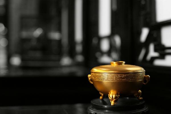为了复刻传统工艺,该品牌寻找到曾经的宫廷匠师传人,为他们提供资金