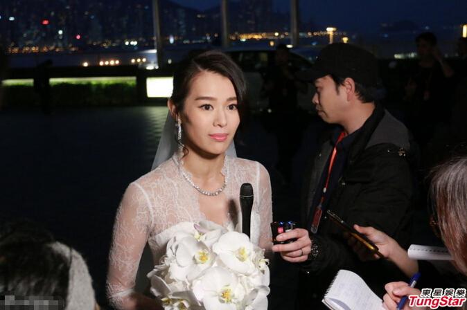 [明星爆料]胡杏儿穿婚纱接受采访 伴娘称红包达5位数