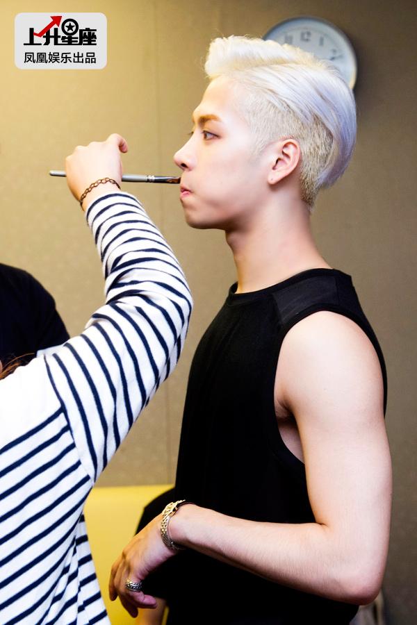 成员们陆续在化妆,Jackson不时嘟嘴呼气放松嘴部肌肉。