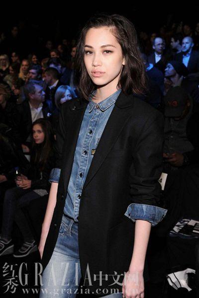 米兰达可儿用牛仔衬衫搭配针织外套