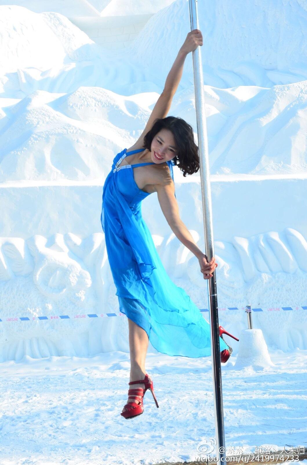 长春美女冰天雪地跳钢管舞