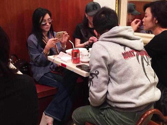 张柏芝聚餐开小差 墨镜泄密手机视频