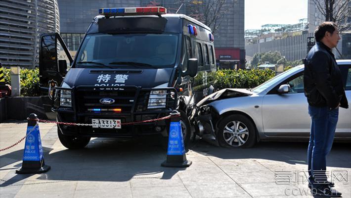 """事发现场 原标题:司机被人胁迫 开轿车撞特警车向警察求助 地点:财富中心 事件:交通事故 昨日上午,昆明市财富中心广场边,一辆由南向北通过北辰大道路口的白色轿车冲上路边20多厘米高的坎,并""""飞上""""人行道,向一辆停放着的特警执勤车撞去。有人将这一交通事故传上网络,并发出疑问,轿车竟敢撞警车,这到底是怎么回事?"""