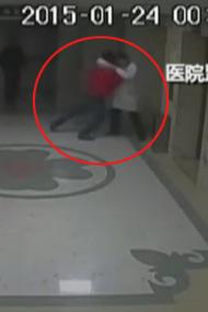 """医生和患者朋友打斗双双坠亡电梯井""""<"""