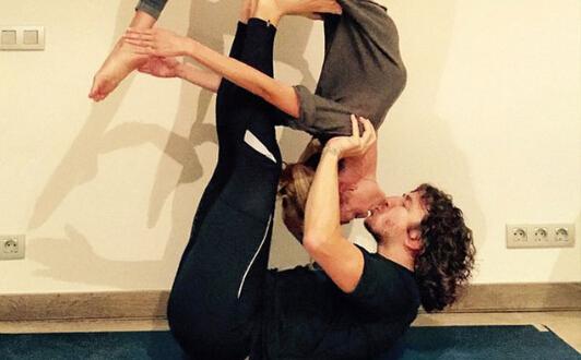 普约尔与女友演高难度瑜伽 忘情接吻羡煞旁人(图) |普约尔|女友