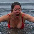 洋妞冬泳冻到尖叫
