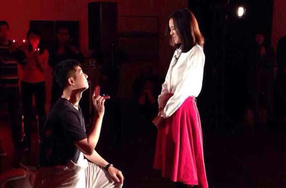 知名主持人李艾获经纪人跪地求婚 甜蜜拥吻秀钻戒[高清大图] - 人在上海    - 中国新闻画报