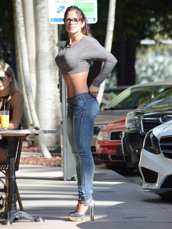 美女健身教练与闺蜜下午茶