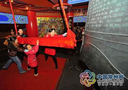 除夕夜4000多位市民天宁寺撞钟祈福迎接新春