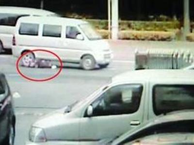 面包车挂人高速拖行 受害者尸首分离