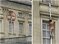 实拍裸男从白金汉宫窗口爬出