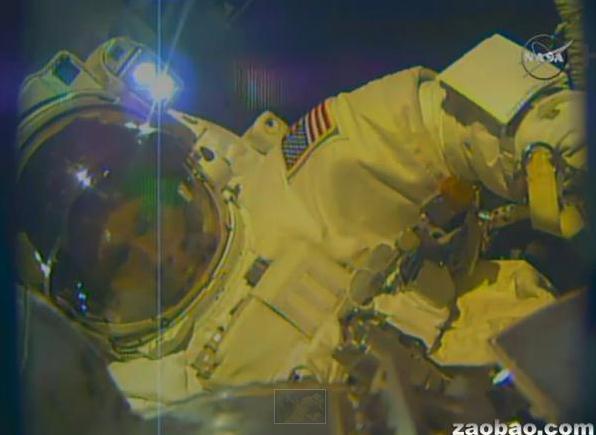 美国宇航员太空行走后头盔进水没过双眼(图)